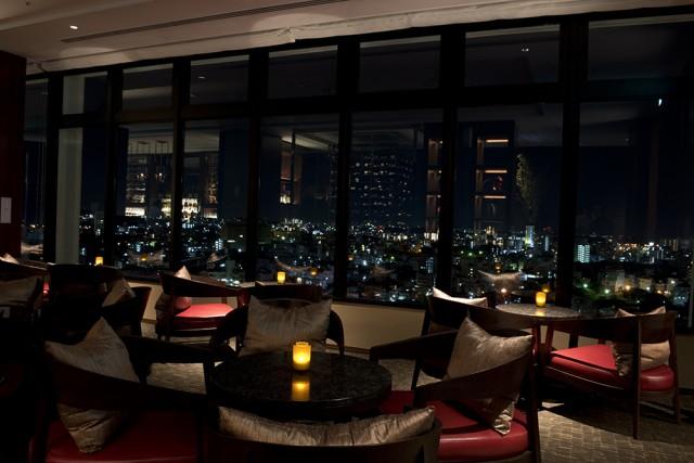 ハイアット リージェンシー 那覇 沖縄の最上階18階に位置し、窓の外には、那覇の美しい夜景が作り出す光の海が広がります。