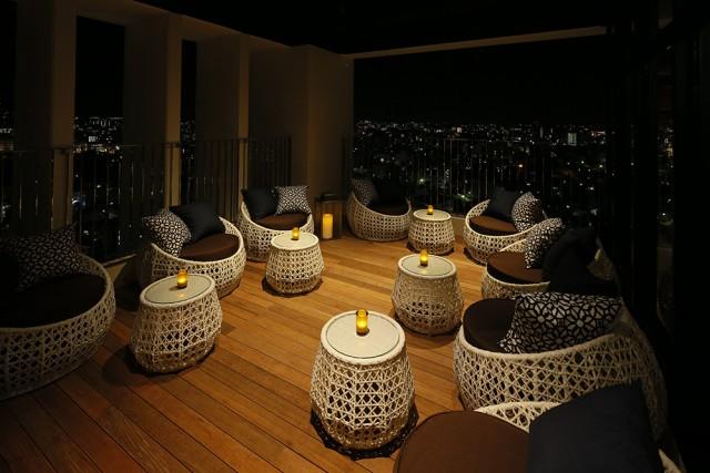 屋外テラス席では、美しい眺めはもちろんのこと、心地よい風としっとりとした雰囲気がよりお酒を美味しいものにします。テラス席は喫煙も可能。