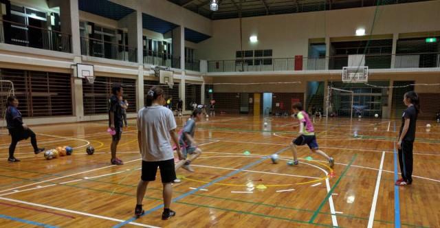 GFレディースフットサルは体育館(南風原小学校内)での開催。天候に左右されず、日焼けや熱中症の対策などの心配もございません。全天候型の施設で快適なスポーツ環境をご提供します。
