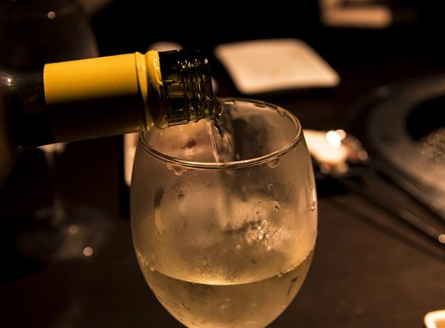 那覇市久茂地の中心地で人気安く一人飲みも気軽に出来ます! 料金としても1時間¥2,000~なのでとってもリーズナブルで、カラオケもある老舗のガールズバーです♪ アンティークな雰囲気のある落ち着いた場所で沖縄の地元の女の子と飲めるのでまずはお気軽にお立ち寄り下さい☆