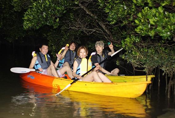 ツアー開始時刻 日没の1時間前 (所要時間 約2時間) ツアー料金 大人¥5,800 小人¥4,800  ナイトカヤックツアーで夜の川をドキドキ探検! Let's 夜遊びカヤック! 夜、比謝川(ひじゃがわ)は静けさと闇に包まれます。カヤックの上でそっと耳を澄ますと、生き物たちの息づかいが聞こえてきそう。月明かりに目が慣れてきたら、静かにマングローブ林の奥を目指しましょう。 時期によっては、ホタルが飛び交う美しいシーンや、オオコウモリなどの沖縄の夜行性の生き物を見ることができるでしょう。