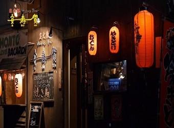 歌謡曲が流れるノスタルジックな空間。県内全47酒造所の泡盛を取り扱い。自慢の串と一緒にどうぞ!