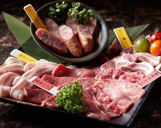 """沖縄生まれ沖縄育ち、沖縄が誇るブランド牛の""""おきなわ和牛""""。自然に恵まれた環境と徹底した衛生管理の下で、時間をかけてのびのびと生育されることで、ワンランク上の肉質になっています。当店の人気メニュー、おきなわ和牛の「上カルビ」「タン塩」「ウデ」は特におすすめです!"""