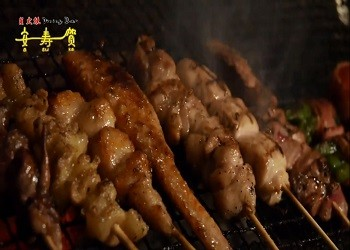 新鮮な朝引き山原地鶏を使った串や化学調味料不使用のおでんが人気!カウンターで7仕事帰りの一杯!