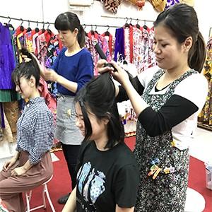 (お一人様):2000円 お好きな紅型衣装を選んで、髪も沖縄風に結い、そして着付けです。(15分~20分)