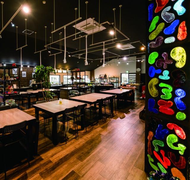 県内最大級の琉球ガラスショップには、個性あふれるアイテムが盛りだくさん!!きっと、お気に入りの商品が見つかるはず。観光の合間のコーヒータイムには、自然に囲まれたレストランへどうぞ。 施設ガイド詳細へ