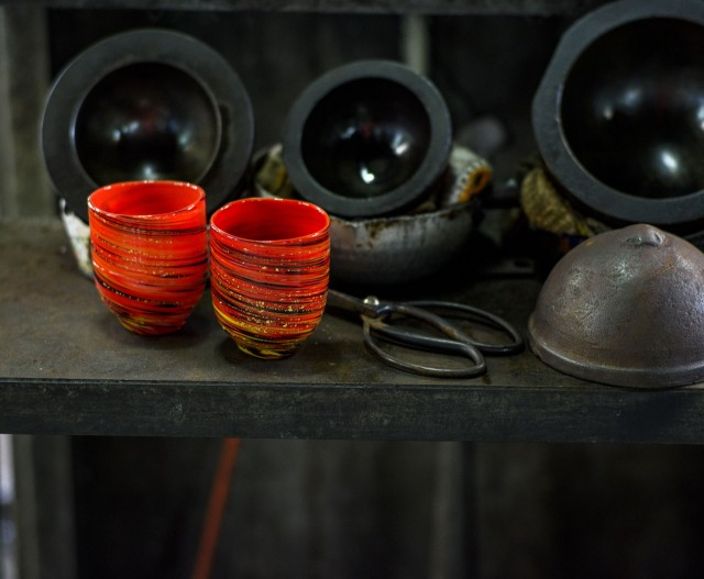 夏場になると、1,300℃の窯から離れた一番涼しいところでも工房内の気温は40℃超!熱気あふれる工房内では、日々熟練の職人たちが、手づくりならではのぬくもりのある100%HAND MADE琉球ガラスを制作しています。