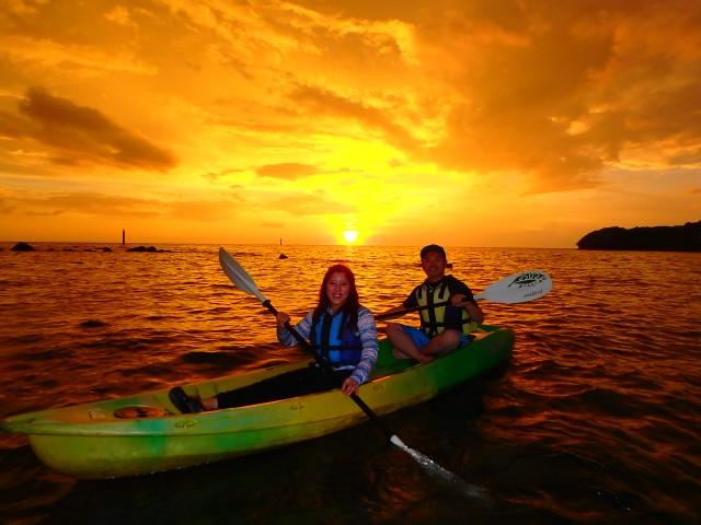 ツアー開始時刻 日没の1.5時間前  (所要時間 約2時間) ツアー料金 大人¥5,800 小人¥4,800  身も心も夕日に包まれるサンセットカヤックツアー、あなたはもう体験しましたか? 静かな時間が流れる夕刻。沖縄の夕日は少しずつ空と海を赤く染め、ゆっくりとその姿を水平線に沈めます。水面のきらめきに包まれながら、カヤックの上で過ごすゆったりとした時間は一生の思い出となるでしょう。カップルや女性グループに大人気の「サンセットカヤックツアー」。 ご予約はお早めに!(※日没前の明るいうちに、マングローブの観察・解説もしっかり行ないます。)