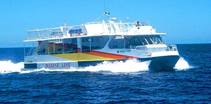 半潜水式水中観光船「マリンスター」 マリンスターは、3つに分かれた 船体の中央キャビンの昇格によって、 海上の風景と神秘的な海中の眺めが 同時に楽しめる半潜水式水中観光船です。 小さなお子様やお年寄りでも、 サンゴや熱帯魚が息づく楽園の海を気軽に体験できます。