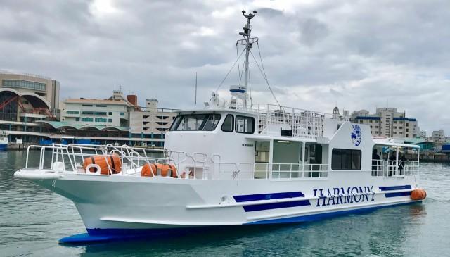 1、水中でクジラが見れるかも!? 水中でクジラを見れる可能性があるのは 沖縄ではこの船だけです!  2、横揺れを低減する装置で 快適なクルージングをお楽しみ頂けます。 ※全く揺れてない訳ではありません。  3、冷暖房完備 沖縄でも冬の海は北風が吹いて寒いです。 ハーモニー号のキャビン内は暖房完備で 寒くなったら体を温める事が出来ます。  4、珊瑚や熱帯魚の水中鑑賞付きでお得! 当社のホエールウォッチングツアーでは、 外洋に出る前に珊瑚や熱帯魚が見れる 水中鑑賞へご案内します。  5、定員制限でゆったり船内 定員70名のハーモニー号ですが、 ホエールウォッチングは 最大35名程度で開催します  6、開催時間を短めに設定 普段船に乗っていない方は長時間の乗船は 船酔いや疲労されると思います。 それを考慮して当社のホエールウォッチングは 時間を2時間30分の短めに設定しています。  7、ライフジャケット適用除外区域があります。 ※但し、船長判断により 着用をお願いする事があります。