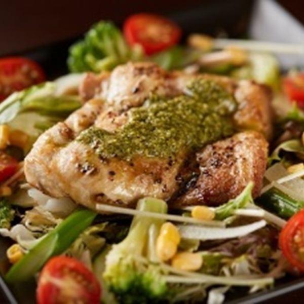 高タンパク低カロリーで女性に人気の鶏モモ肉☆ 旬な野菜もたっぷり! 香り豊かなフレッシュバジルソースで お召し上がりください♪ 是非一度ご賞味ください☆