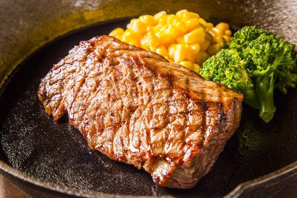 穀物肥育によるオーストラリア産WAGYUを使用! 好きな焼き加減でお召し上がりいただけるよう、 お肉はすべて「レア」に仕上げてご提供しております。