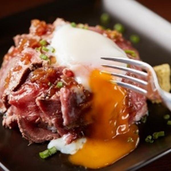 ローストビーフは脂肪分の少ない赤身部分を使用し、 低カロリーでタンパク質も豊富! 赤身の柔らかさを保ちつつ低温でじっくり焼き上げ、 旨みを閉じ込めたローストビーフに温たまを絡めてご堪能下さい♪