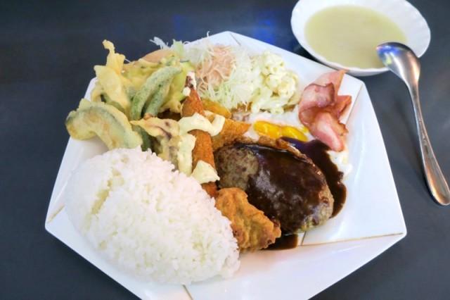 ハイウェイ食堂、Aランチのメインはハンバーグ ベーコンエッグ・天ぷら(魚・かぼちゃ・いんげん・ナス・ニンジン) エビフライ(タルタルソース)フィッシュフライ マカロニサラダ・千切りキャベツ  上記の内容で、¥880とリーズナブル♪ 沖縄特有でボリューム感は大変満足出来ると思います♪