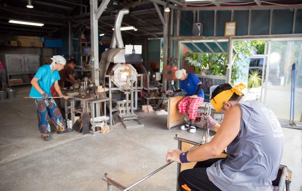 てぃだ工房では、職人が日々 一つ一つ丁寧に作り上げています。  製作体験では、そんな職人さんが お客様を徹底サポートで ご一緒に琉球ガラス製作を 行っております♪