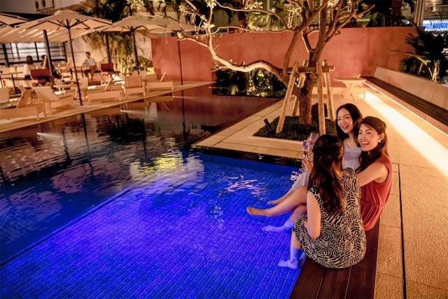 ゆったりと水の流れを感じることができる プールサイドバー。 遊泳はできませんが、 軽く足を濡らしてリゾート気分♪ SNS映え間違いなしです。