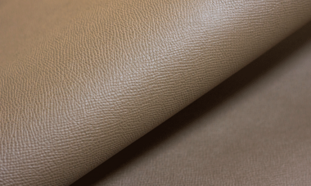 150年以上の老舗タンナーが手掛ける最高品質のエンボスレザー 老舗ならではの独自の製法によって作られる型押しのエンボス。 クロム鞣し後、植物タンニン鞣しをする特殊な鞣し方、 「コンビ鞣し」をすることにより独特のコシ感とバネ感を 併せ持ち、適度なハリ感で型崩れしにくい皮革です。 また、表面の細かな班目により傷擦れしにくい特徴があります。 綺麗な色、光沢感がエレガントさを引き上げる品質のいいレザー。