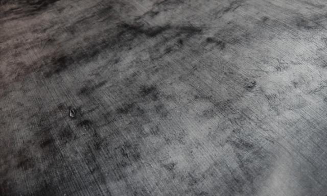 イギリスで1000年以上前から続く伝統的な製法で 生産される英国王室御用達のブライドルレザー 元々は14世紀頃、英国で貴族や騎手などが使用する 馬具用の皮革として開発されたブライドルレザーは 熟練の職人の技術によりタンニン鞣しされた後、 半年以上かけてブルーム(蜜蝋)と呼ばれるロウを塗り込んでいき 繊維を引き締めることで丈夫な革へと進化していく。 なんといってもその堅牢さと美しい光沢感が魅力的で、 また、使い込む程表情が変わり味が出てくるので 経年変化を存分に堪能できる贅沢なレザーです。