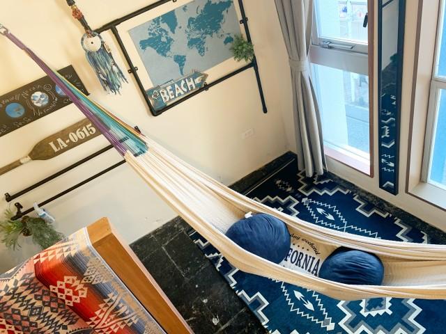 NALUのお部屋で一番の人気は、何と言ってもハンモック。 ベッドではなくてハンモックで一晩ぐっすり眠ってしまいました、というお客様もいらっしゃるぐらい、気持ちよいそうです。 タイのムラブリ族の方々が手編みで編んだムラブリハンモックは包み込まれるように優しく気持ちよ〜いハンモックです。 ぜひ一度は試してみてくださいね!