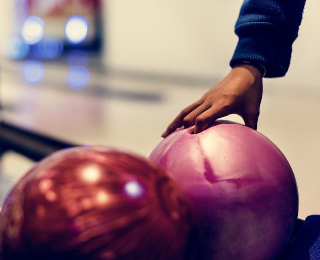 大切な指やツメを守る指穴を特殊加工したボールをご用意してます。 (8ポンド・7ポンド)